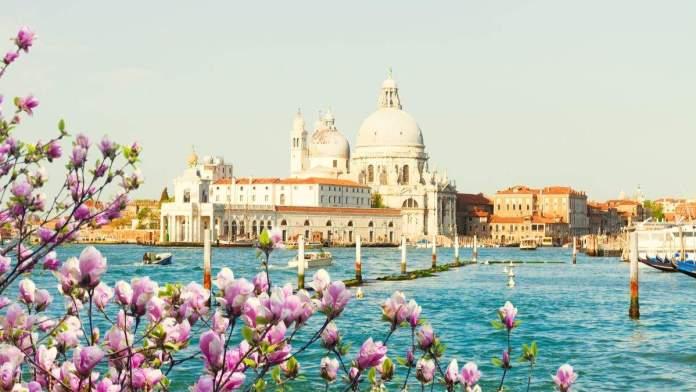 Basílica de Santa Maria della Salute e o Grande Canal água em dia de primavera, Veneza, Itália.