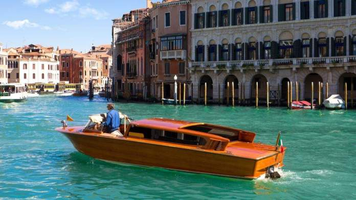 Táxi aquático no Grande Canal de Veneza, Itália.