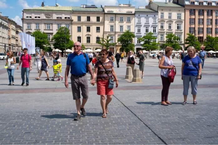 Turistas na praça principal de Cracóvia - Polônia