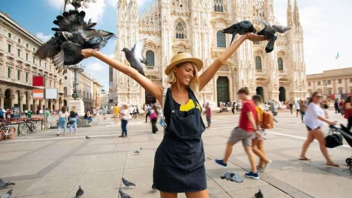 Turista feliz, curtindo o verão na cidade de Milão, Itália.