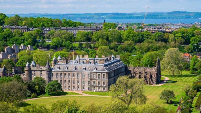 Vista do Palácio Holyroodhouse em Edimburgo, Escócia.