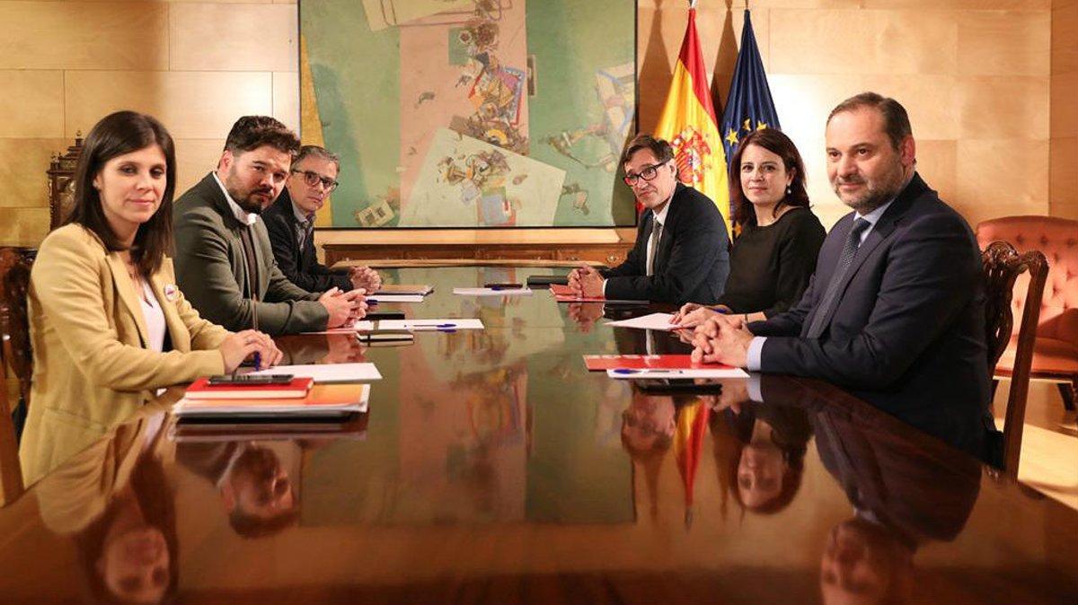 izquierda-los-negociadores-erc-marta-vilalta-gabriel-rufian-josep-maria-jove-frente-ellos-los-del-psoe-jose-luis-abalos-adriana-lastra-salvador-illa-1575392918514
