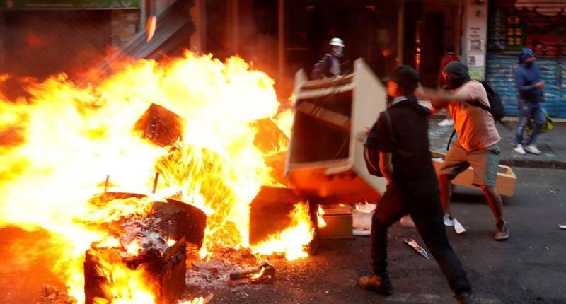 La imagen puede contener: una o varias personas, fuego y comida