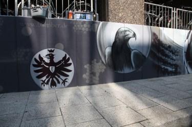 Eintracht Frankfurt Adler Attila und SGE Logo und Rhein Main Themen am Terminal 1 Internationaler Flughafen Frankfurt Busbahnhof für Fraport