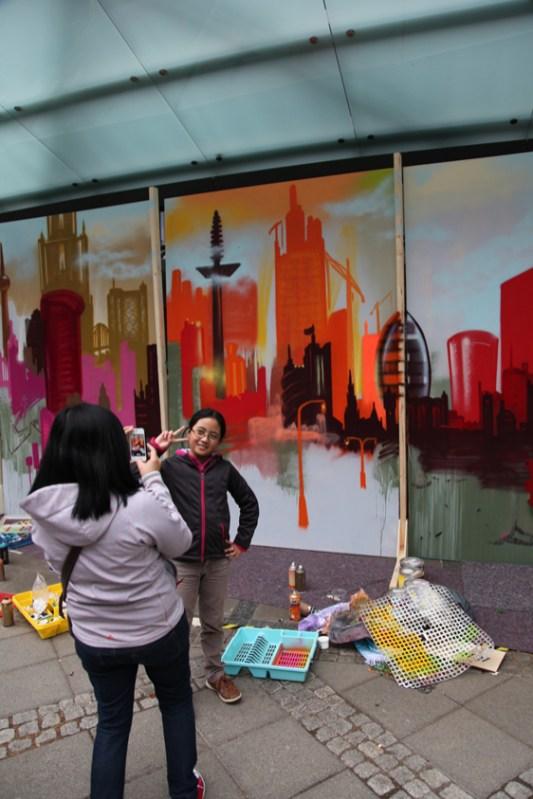Besucher nutzen das Artwork als Fotobackground. Visitors use the artwork as a photo background.