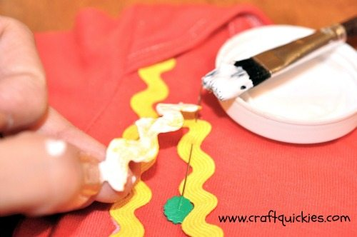 Make a rick rack no-sew necklace onesie using this simple tutorial!