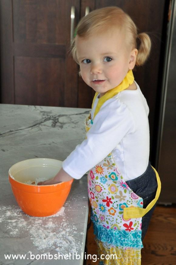 I love this sweet ruffled toddler apron! Free tutorial!