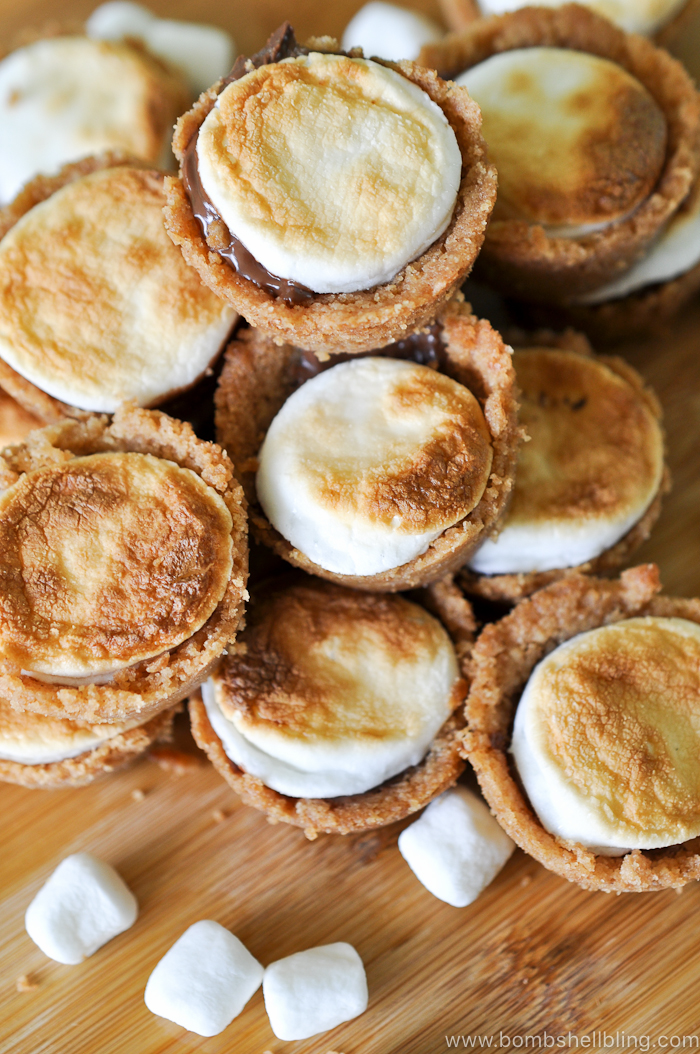 These s'mores cups are the perfect recipe to bring to a summer picnic. Portable s'mores --- YAY! Tasty and simple to put together.