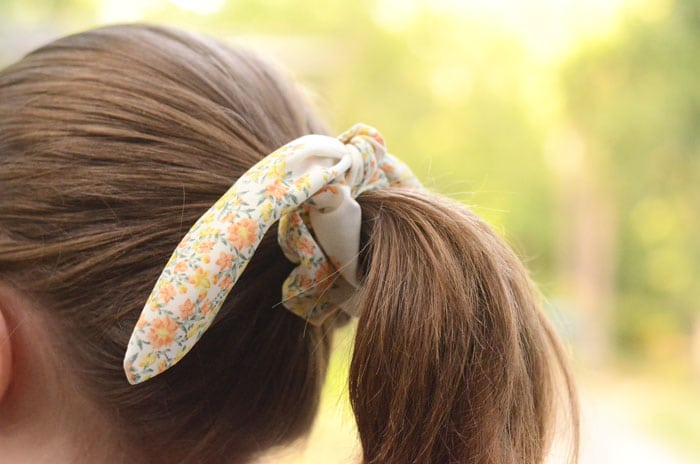 This easy knot bow scrunchie tutorial is crazy simple to make but SO DANG CUTE! Make yourself a whole stack and wear them for almost any occasion!