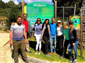 Group photo at the Macheros sign