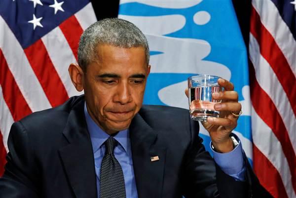 Obama buvant l'eau de Flint, pour rassurer la population.