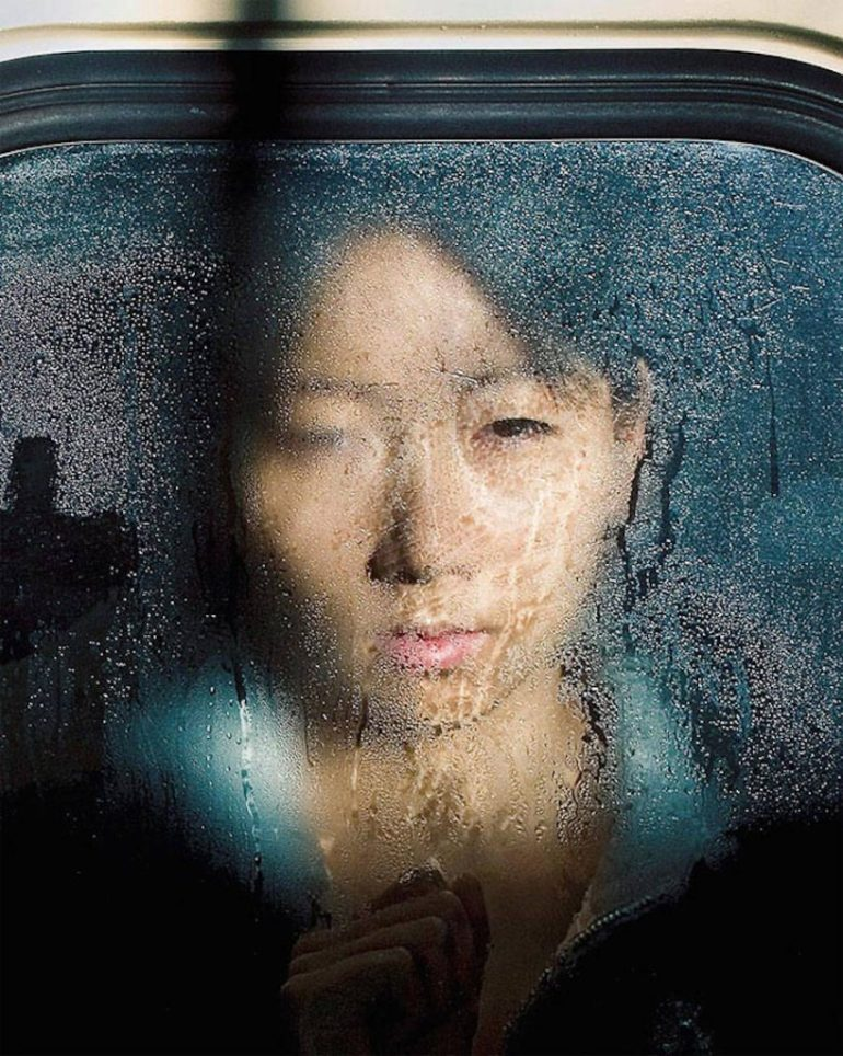 Photographs-of-Tokyo-Commuters-Stuck-in-the-Subway-3-900x1127