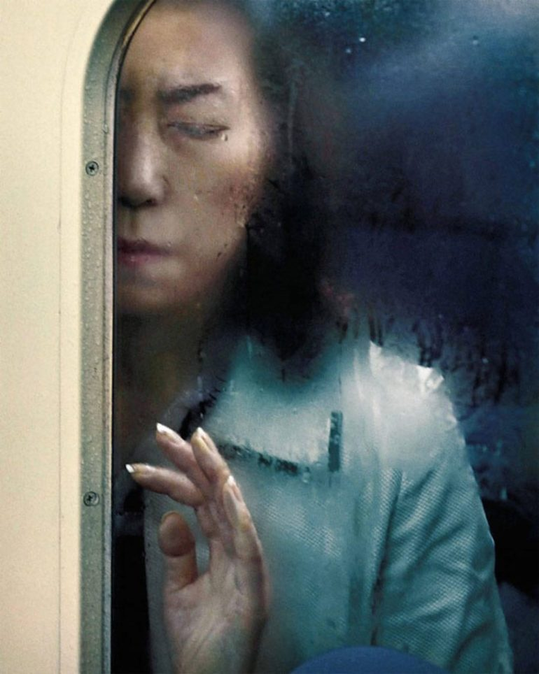 Photographs-of-Tokyo-Commuters-Stuck-in-the-Subway-8-900x1126