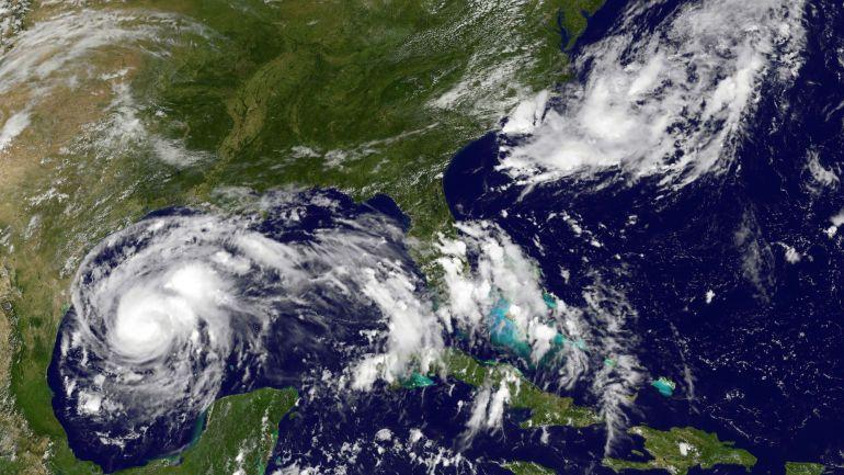 image-fournie-par-le-satellite-goes-de-l-agence-americaine-oceanique-et-atmospherique-noaa-et-de-la-nasa-de-l-ouragan-harvey-le-24-aout-2017_5933750