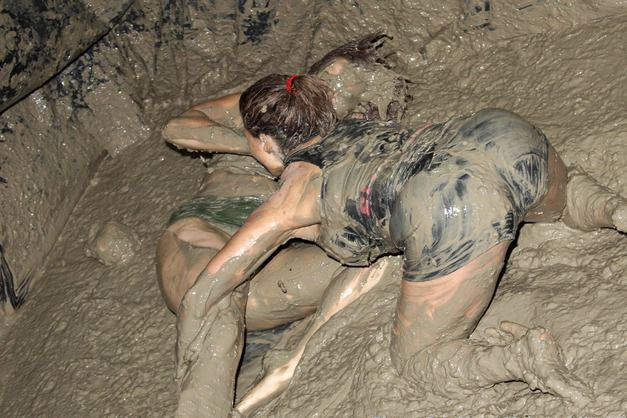 girls mud wrestling ideas for sploshing fans