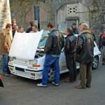 Discussion autour du capot ouvert de la Renault 5 GT Turbo