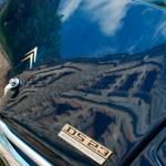 Coffre d'une Citroën DS 23 bleue foncée avec le reflet du Fort dessus