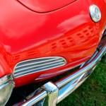 Gros plan sur le nez d'une VW Karmann Ghia rouge