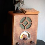 Poste radio d'époque en bois
