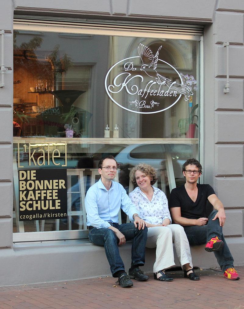 """Carola, Betreiberin """"Der Kaffeeladen"""" und Mathias und Mark von der """"Bonner Kaffeeschule""""."""