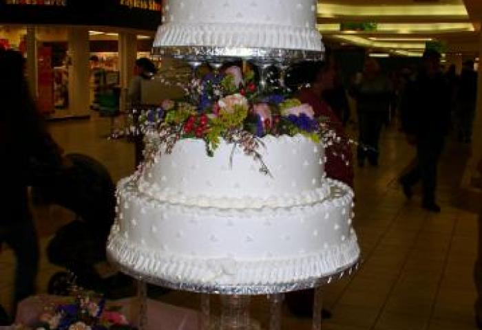 Bonnie Belles Pastrieswedding Cakes4 Tier Dot Cake With Fountain
