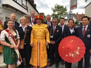 Der Bönnsche Chinese-Vorstand mit der Dietfurter Bürgermeisterin, der 7-Täler-Königin und dem Kaiser.