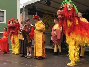 Die Dietfurter Bürgermeisterin mit dem Kaiser inmitten der Löwentanzgruppe der Bönnsche Chinese.