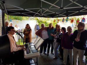 """Anlässlich des zehnjährigen Bestehens fand in der Seniorenwohnanlage """"Paulinum an der Josefshöhe"""" ein Oktoberfest statt. Die Senioren waren mit Begeisterung bei der Sache."""
