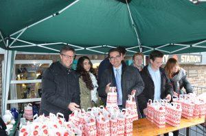 Junge Union Hardtberg verteilt mit Dr. Christos Katzidis und Guido Déus Nikolauspräsente an der City-Station