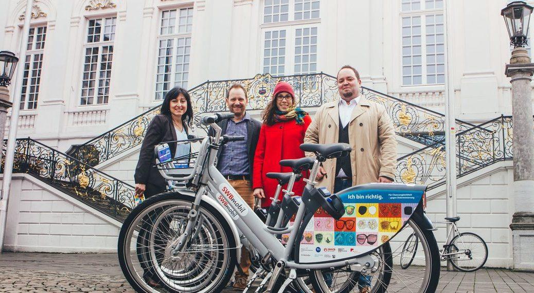 Die Räder präsentierten: Zeynep Pirayesh, Leiterin des Kommunalen Integrationszentrums Bonn, Dennis Steinsiek, Senior Mobility Consultant bei Nextbike, Dheri Alvarez Lukic, Studierende der Alanus Hochschule für Kunst und Gesellschaft, Tobias Pissarczyk, SWB-Projektleiter Fahrradmietsystem.