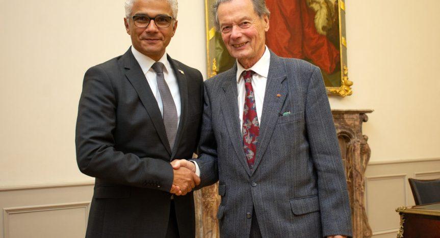 Zum 85. Geburtstag gratulierte Oberbürgermeister Ashok Sridharan Dr. Hans Daniels (r.) nachträglich. Foto: Sascha  Engst/Bundesstadt Bonn