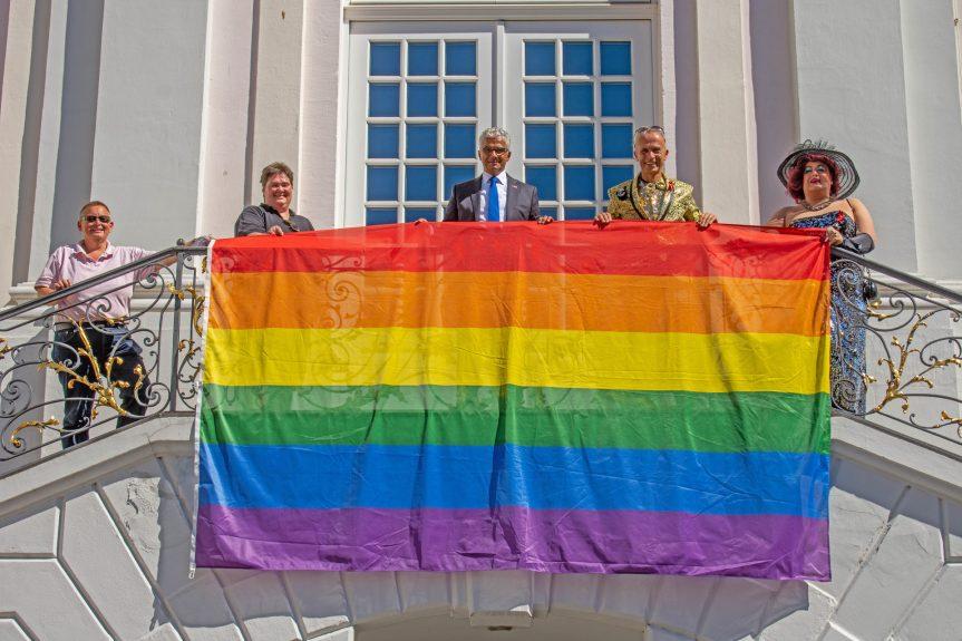 Regenbogenfahne weht vor dem Alten Rathaus in Bonn