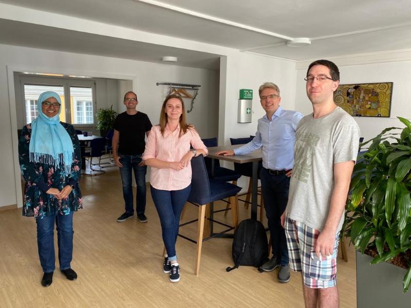 Martin Schulze und Martin Bernemann mit den neuen Kolleginnen Maryam Assaedi und Henrietta Szasz und dem neuen Kollegen Dominik Bunz