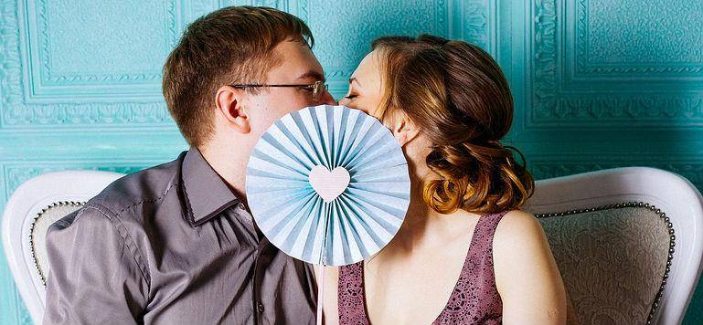 woman kissing in her early date
