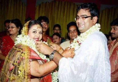 happy-couple-wedding