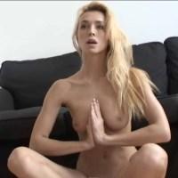 Un cours de Yoga avec une Demoiselle Nue & Sexy