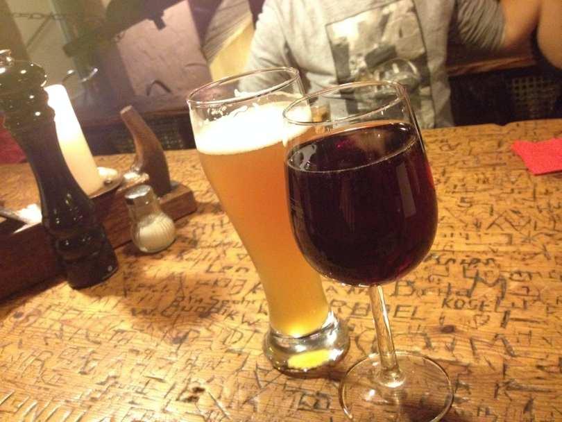 Vinho e cerveja no Restaurante Schnitzelbank em Heidelberg na Alemanha