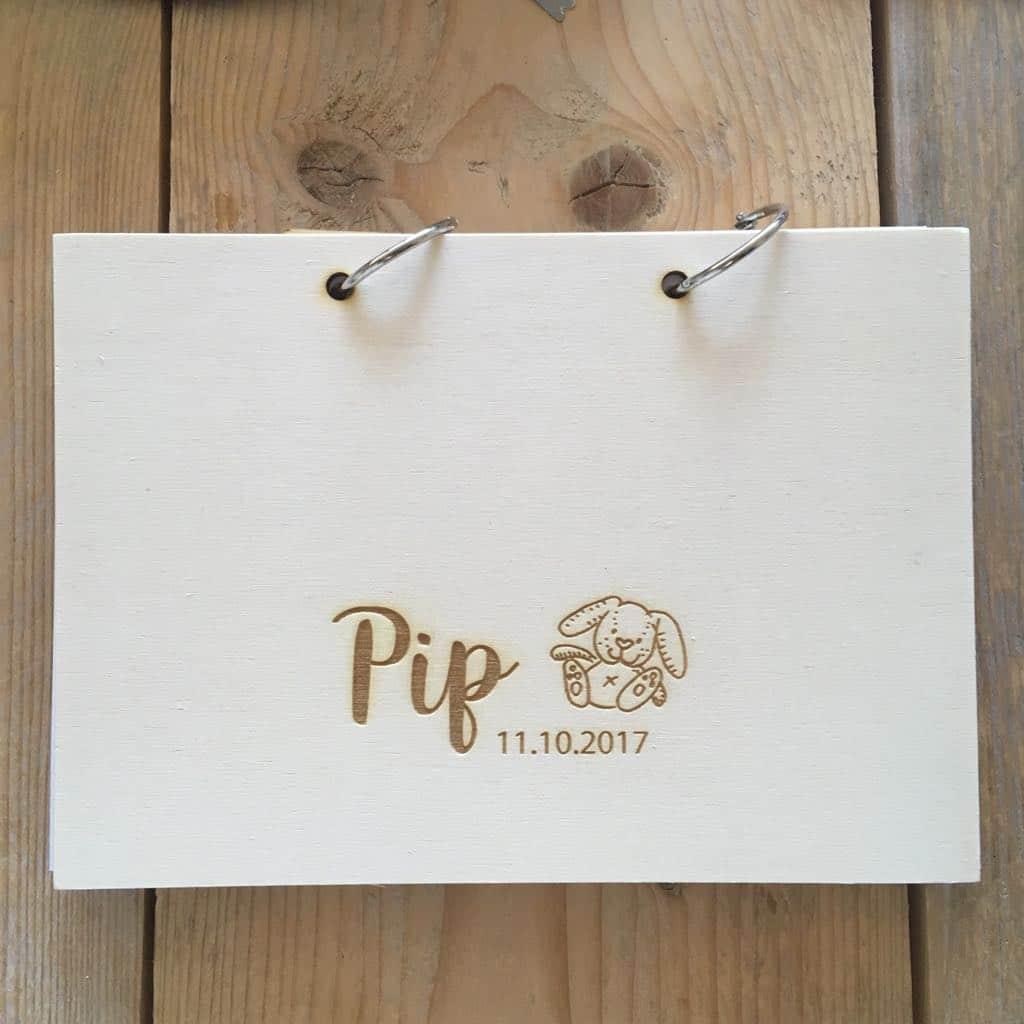 Persoonlijk houten kraamboek voor Pip