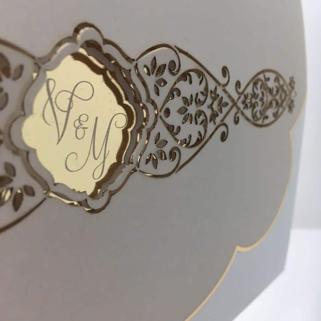 Luikvouw trouwkaart met goudfolie en gegraveerde elementen
