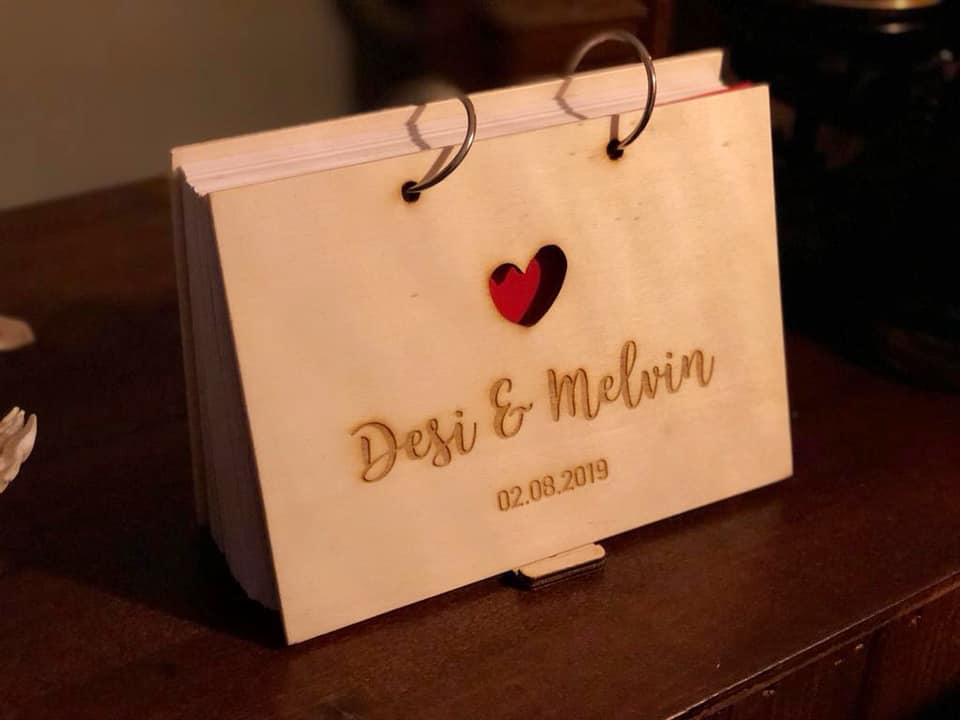 houten gastenboek met invulkaarten