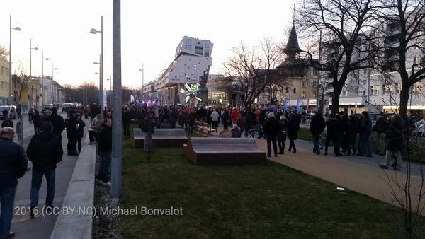 Die Anzahl der TeilnehmerInnen der FPÖ-Kundgebung liegt weit unter den Erwartungen der Freiheitlichen.