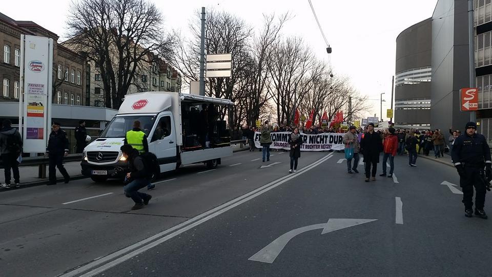 """Hoch die internationale Solidarität"" Demo #liesingfüralle kommt am Liesinger Hauptplatz an."
