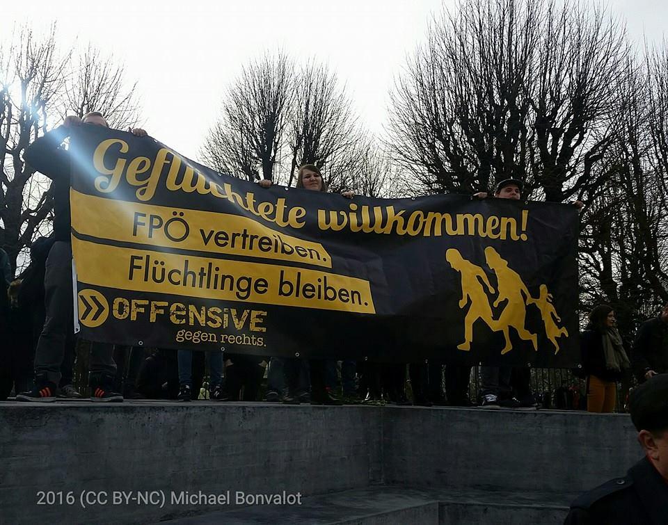 """""""Geflüchtete willkommen"""" AntifaschistInnen """"bewachen"""" das Deserteursdenkmal am Ballhausplatz bei rechtsextremer Mini-Kundgebung."""