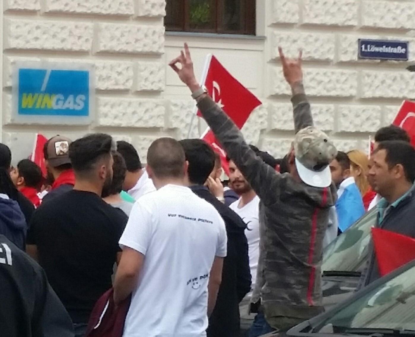Aufmarsch von UETD und Grauen Wölfen am 03.07.2016 in Wien. Bild: Michael Bonvalot