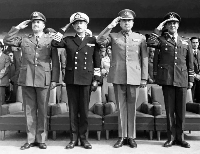 Augusto Pinochet (2 v.r.) im Kreis der Putschgeneräle