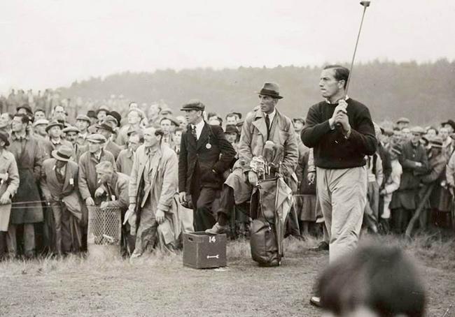 Il leggendario campione Henry Cotton durante una partita