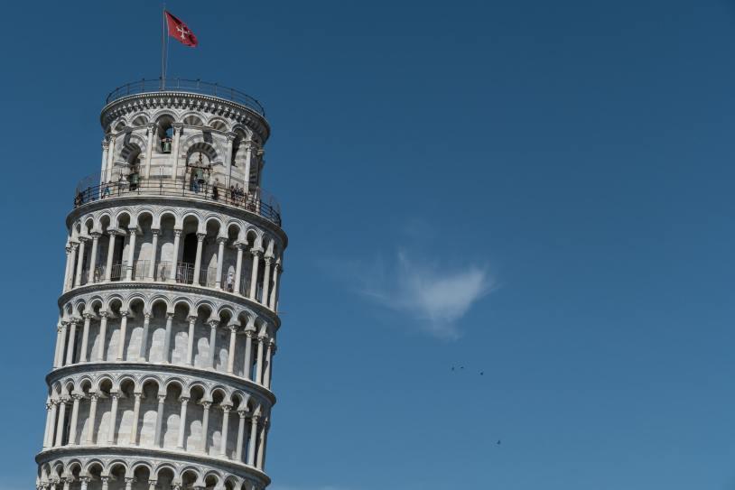 برج بيزا المائل من أشهر أبراج إيطاليا