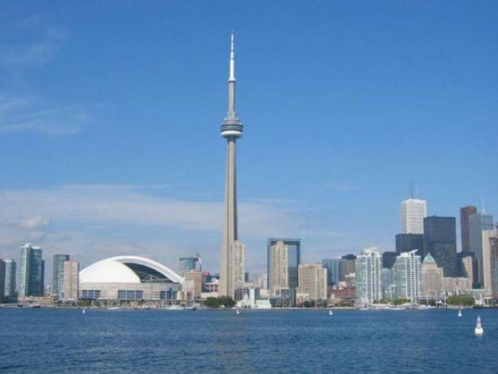 The CN Tower/وبرج سي إن من معالم كندا الشهيرة ومن أشهر ناطحات السحاب على مستوى العالم