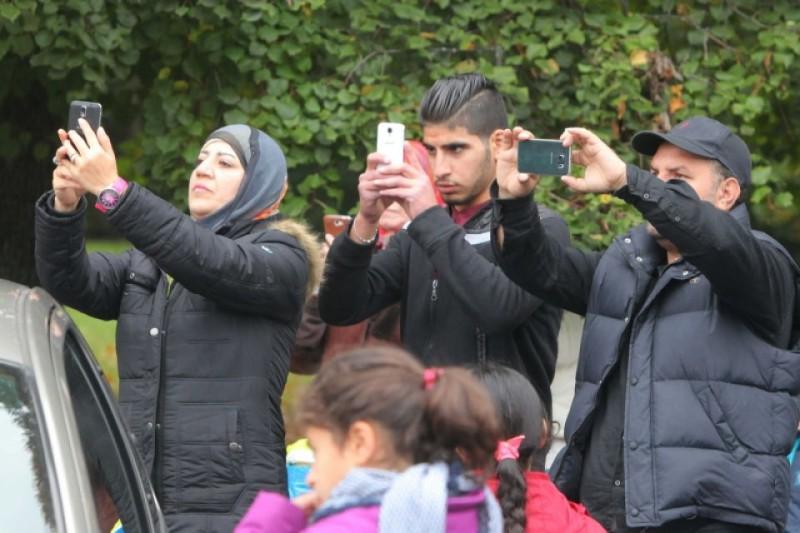 refugee-smartphones-800x533