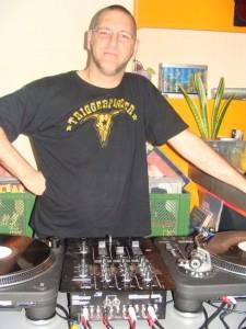 DJ Large hinter seinen Arbeitsgeräten